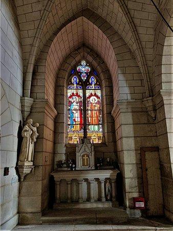 """A l'intérieur, on découvre des vitraux, créations des ateliers Lobin de Tours, un statuaire, diverses chapelles, et un orgue anglais de toute beauté et au son particulier ; vous pouvez l'écouter sur """"Vouvray Patrimoine JEP2015""""."""