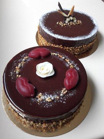 Saint-Martin-de-la-Lieue, Франция: Baiser sucré : Mousse au chocolat et son crémeux à la framboise déposé sur un croustillant praliné et biscuit aux amandes, le tout enrobé d'un nappage chocolat-framboise