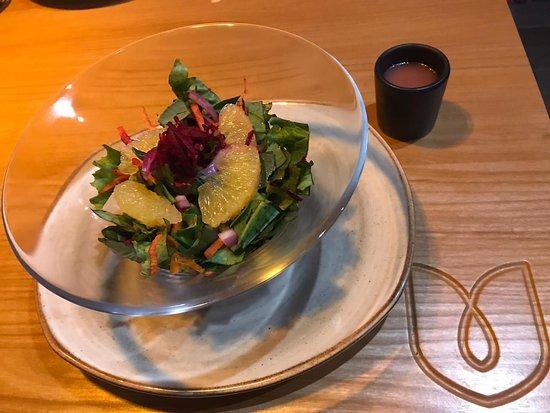 Ensalada Cítrica, muy ligera, un mix de lechugas, zanahoria y betabel rallado en balsámico de frutos rojos, riquísima!