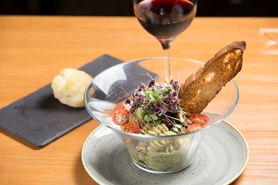 Fusilli con Salsa de Albahaca, preparado con espinacas salteadas, portobello confitado, jitomate cherry, albahaca y crocante con ajo.