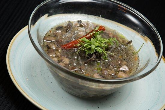 Sopa de Hongos, tradicional caldo de verduras con hongos y setas, perfumado con  epazote.