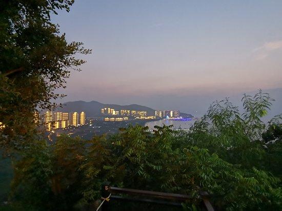 Даже Олень повернул голову ( 鹿回头公园 ) увидев что мы снова приехали в Китай.. Интересное место, с непередаваемым запахом цветов, головокружительными панорамами на бухту Санья бей и потрясающими закатами.