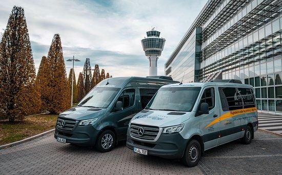 Zwei moderne & hochwertige airportLiner Mercedes-Benz Sprinter vorm Tower am Flughafen München