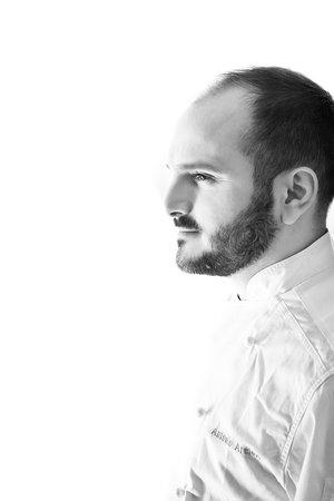 Antonio Arcieri - utytułowany szef kuchni i bliski współpracownik Paco Péreza. W 2007 roku rozpoczął w restauracji Miramar** u Paco Péreza, najważniejszego mentora i nauczyciela. Pod okiem Ferrana Adrià w restauracji El Bulli*** uczył się awangardowej kuchni molekularnej, następnie zbierał doświadczenia u Eneko Atxa w Azurmendi***. W 2016 roku został szefem założonej przez Paco Péreza restauracji, z którą po roku zdobył swoją pierwszą gwiazdkę Michelin.