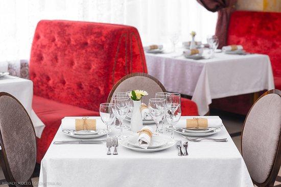 Красиво украшенные столы
