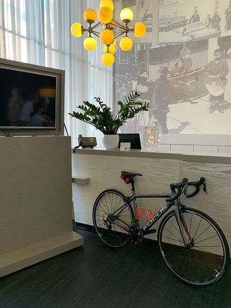 Veloce carbon road bike rental delivered at accommodation in Bologna, Italy