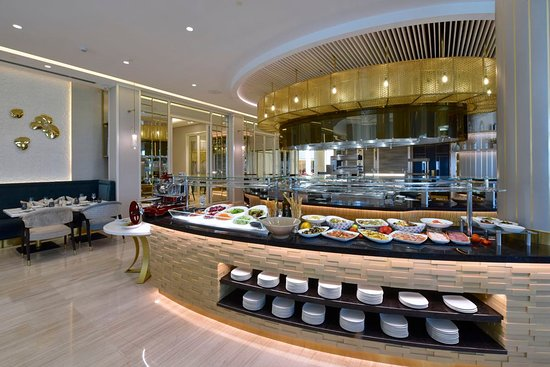 Silks Restaurant: Live cooking station and open kitchen. Silk's restaurant offers amazing theme nights such as Monday's seafood night and Flaming Thursdays every Thursday night and award-winning Friday brunch.