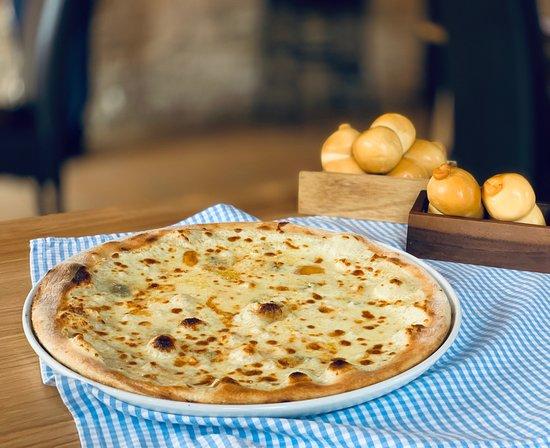 Prinesieme Vás do Talianska a pripomenieme Vám chuť Talianskej kuchyne. Ako? Predsa s originálnymi surovinami! Vybrali sme syry typické pre južné Taliansko ako sú Scamorza, Provolone, Gorgonzola a vznikla neodolateľná chuť 👌 v tejto chvíli už presne vieme na čo myslíte. Že musíte prísť, však? #hajcer @ Hajcer Restaurant & Pizza