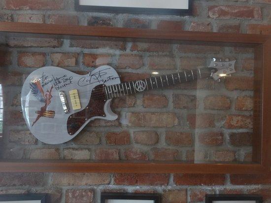 Hotel Dolina Charlotty , sciana  atrakcji legend rocka gitara Carlosa Santany
