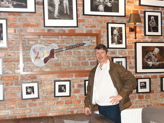 Hotel Dolina Charlotty , sciana  atrakcji legend rocka gitara Carlosa Santany w prezencie moglem dotknąć