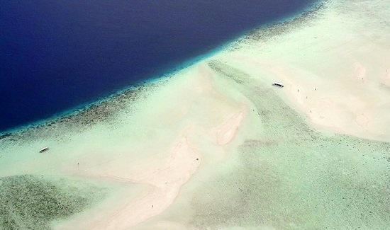 Le foto dal drone permettono di apprezzare le varie lagune in cui l'acqua assume un colore verde smeraldo