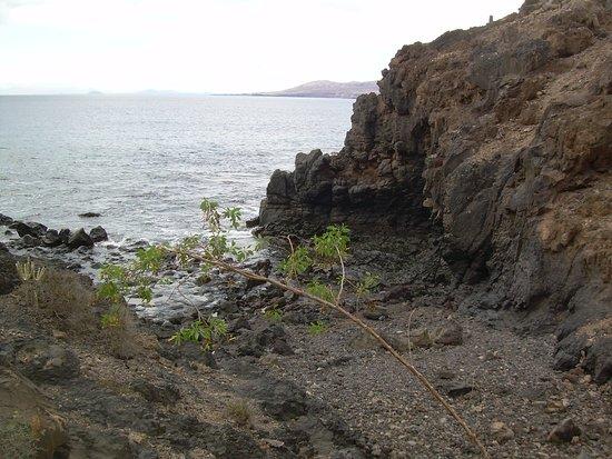 Puerto Del Carmen, Espagne : About half way, a small cove by the sea.