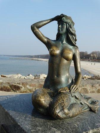Ustka .  Pomnik Syrenki i szczęśliwa pierś