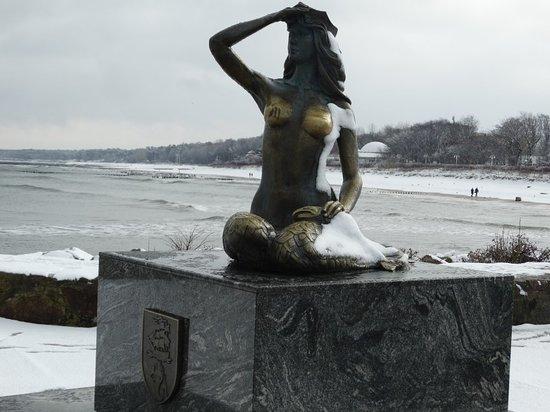 Ustka .  Pomnik Syrenki  na tle plaży