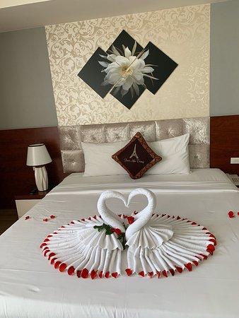 Was für ein wundervoller Aufenthalt.  Mein Mann und ich sind hierher gekommen, um unsere Flitterwochen zu genießen.  Wir wurden sehr gut aufgenommen.  Das Zimmer ist sehr romantisch eingerichtet.  Der Terrassenpool hat eine sehr schöne Aussicht.  Insgesamt sind wir sehr zufrieden und wir werden wiederkommen ... Paris Nha Trang Hotel is top...