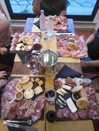 Taglieri con affettati tipici dell'Emilia Romagna, servito con tigelle e formaggi particolarissimi!