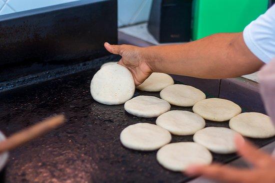 Choroni, Venezuela: en la faena del desayuno preparando todo para atender a nuestros huéspedes