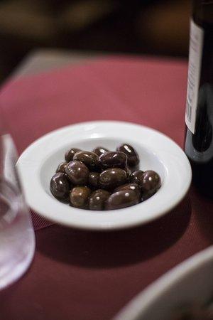 Olive nere insieme all'antipasto
