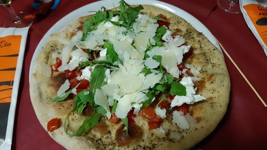 Pizza forno a legna. Dal gusto discreto e pasta della pizza troppo dura.