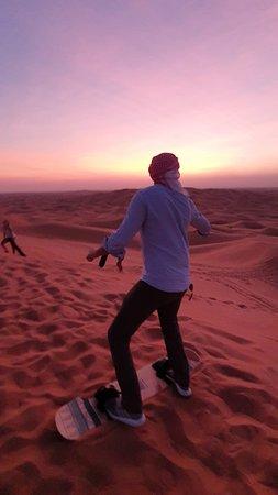 Foto de Safari por las dunas rojas con Sandboarding, paseo en camello y opciones de barbacoa