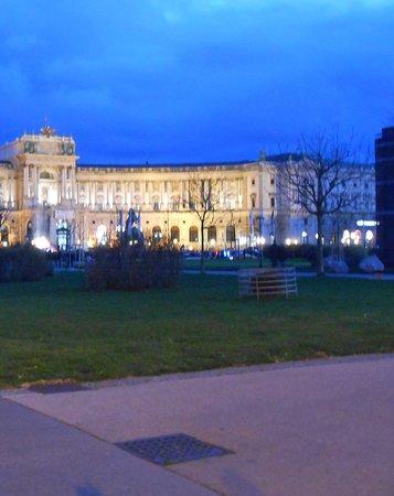 Skip the Line: Kunsthistorisches Museum Vienna Entrance Ticket: il complesso visto di notte