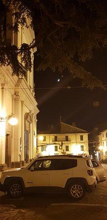 Veduta notturna della chiesa