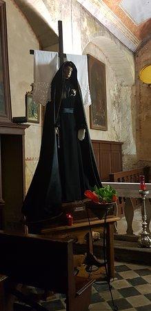 La statua della Madonna sita in un'antichissima chiesetta ai piedi del paese