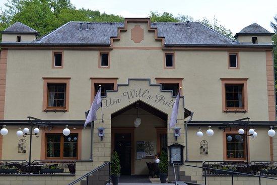 Michelau, het vooraanzicht van Um Willspull, gelegen  in het stroomgebied van de Sure aan de N 72, het is een multifunctioneel horeca bedrijt, met o.a. een café e.d.