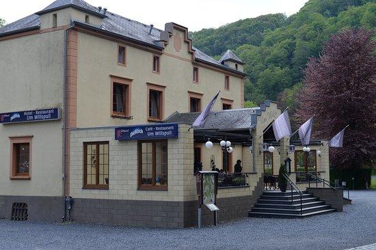 Michelau, een zijaanzicht van Um Willspull, met toegang tot dit hotel e.d. gelegen  in het  prachtige stroomgebied van de Sure aan de N 72.