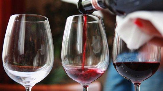 Tierra de buen vino. La garnacha en sus variedades( peluda yó negra) cariñena, syrah, cabernet  son las variedades de uva del territorio, que embotelladas, La bodegueta de Valderrobres sirve a sus clientes, para que deleiten con el vino que se hace en su zona