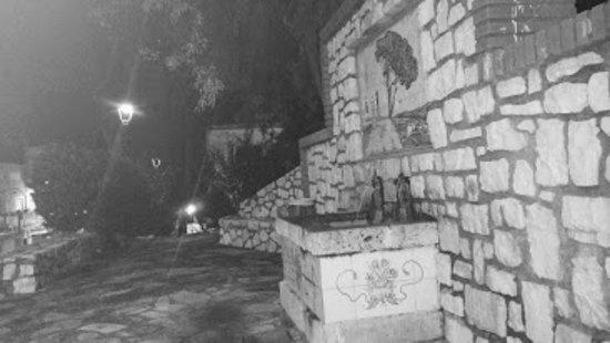"""Rutas guiadas nocturnas. Una pequeña población, con unos encantos muy especiales y cuyo topónimo deriva del árabe """"Al-yanna"""", que significa """"Ojos de agua"""", (por la gran cantidad de fuentes, manantiales, saltos y gorgos que hay en su término municipal)."""