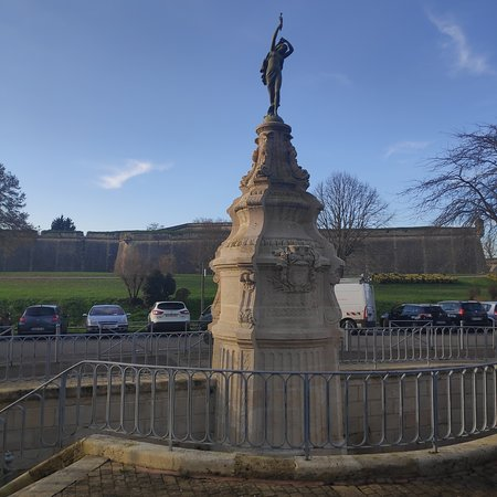 Blaye, France : רחוב ומצודה מבט לנהר