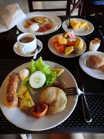 Завтраки в отеле, все вкусно.  Все не съели ))