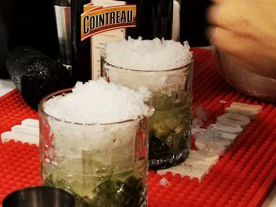 Preparamos deliciosos cócteles como Mojitos, Margaritas, Cosmopolitans, etc.!