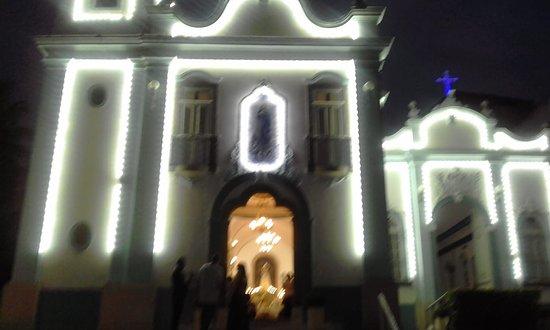 Fachada iluminada da igreja histórica às vésperas do dia de Nossa Senhora da Conceição (8 de dezembro) de 2019
