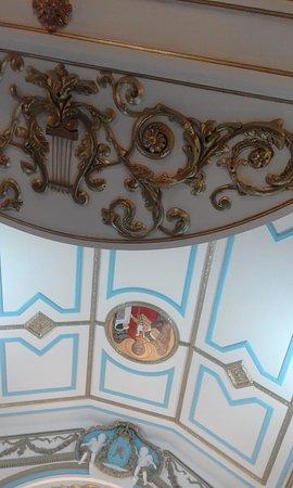 Lindo afresco no teto da igreja histórica às vésperas do dia de Nossa Senhora da Conceição (8 de dezembro) de 2019