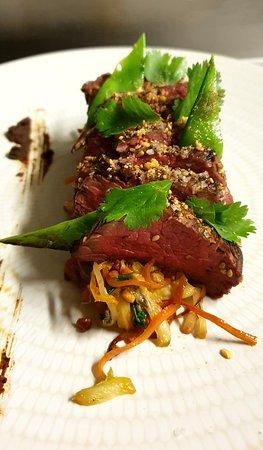 Le Bœuf Charolais: En Tataki, Chop Suey de petits légumes, béarnaise au Miso