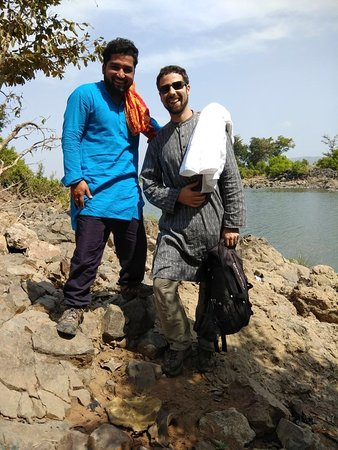 Raneh waterfall Khajuraho (motorcycle tour): with Raj at the bathing place on the river