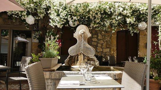 table devant fontaine