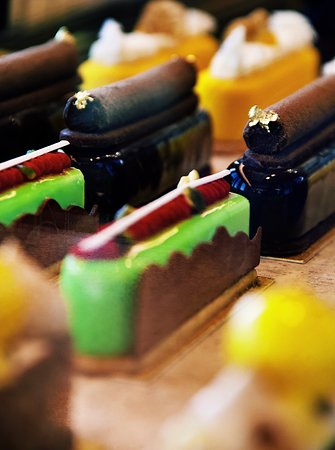 Light up your sweet tooth! Drop by at the Living Room and take your pick from our wide range of sweet treats with a 35% discount on lavish cakes and artful eclairs from 5 p.m. onwards.