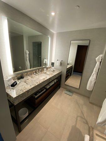 An Excellent Grand Hyatt, but room is on the small side and it lacks the WOW factor