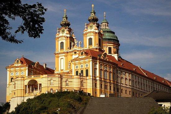 从萨尔茨堡到维也纳的单程接送,可以选择在梅尔克修道院停靠