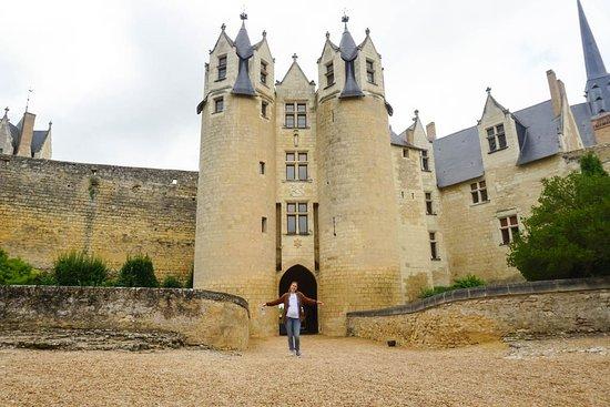 Montreuil-Bellay se alza a 40 metros sobre el nivel del río Thouet, en el interior de unas murallas y dominado por un castillo. Hoy se prepara para una fiesta y a estas horas todavía apenas hay turistas caminando por su excepcional patrimonio histórico.