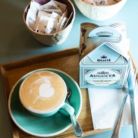 Café con leche y Panetone artesano italiano, disponible en nuestra nueva tienda.
