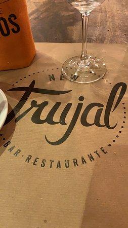 Un Bar Restaurante muy bonito ,acogedor..con un servicio exquisito y una alta cocina ..todo maravilloso ..no dejéis de visitarlo os encantará ...