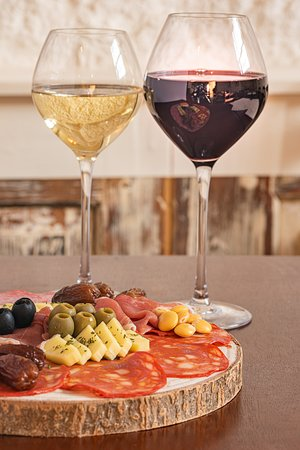 Cold cuts and portuguese cheese with Port wine. The perfect combination!