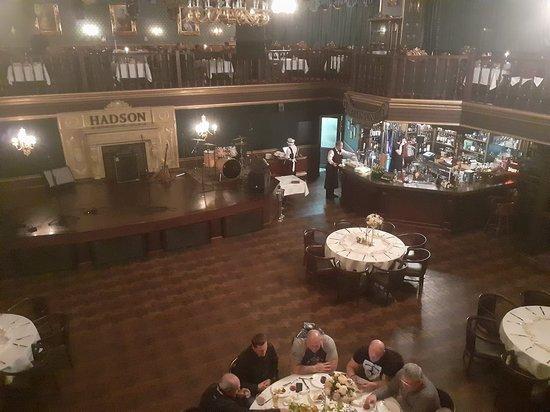 Главный зал с эстрадой.