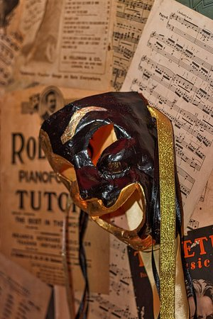 Venetian masks used as decor in the dining room / theatre