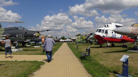 Deblin, Polonia: Na wystawach zewnętrznych wyeksponowano kilkadziesiąt samolotów, śmigłowców oraz innych pojazdów i urządzeń wojskowych.