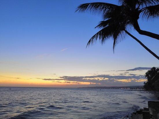 Ocean Place Mui Ne Resort: Закат на пляже